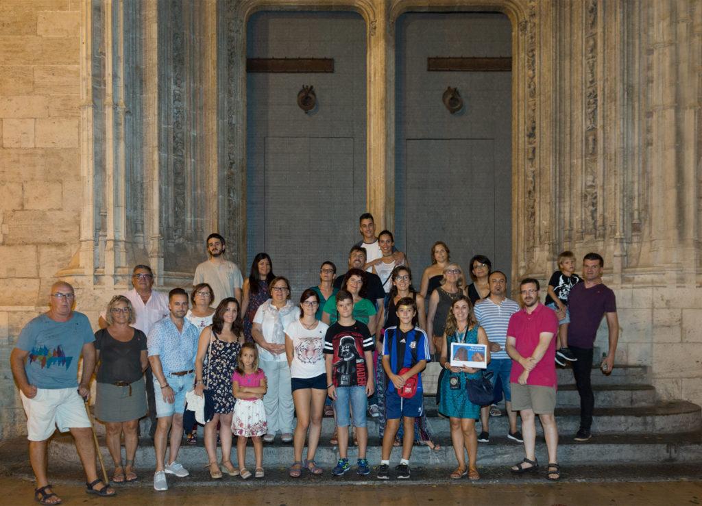 El grupo de la Ruta 'Mitos y leyendas a la luna de Valencia' en la puerta de la Lonja.