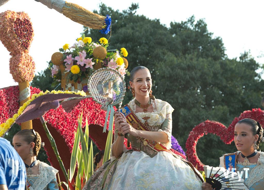 Raquel Alario, Fallera Mayor de Valencia, en la parte alta de su carroza.