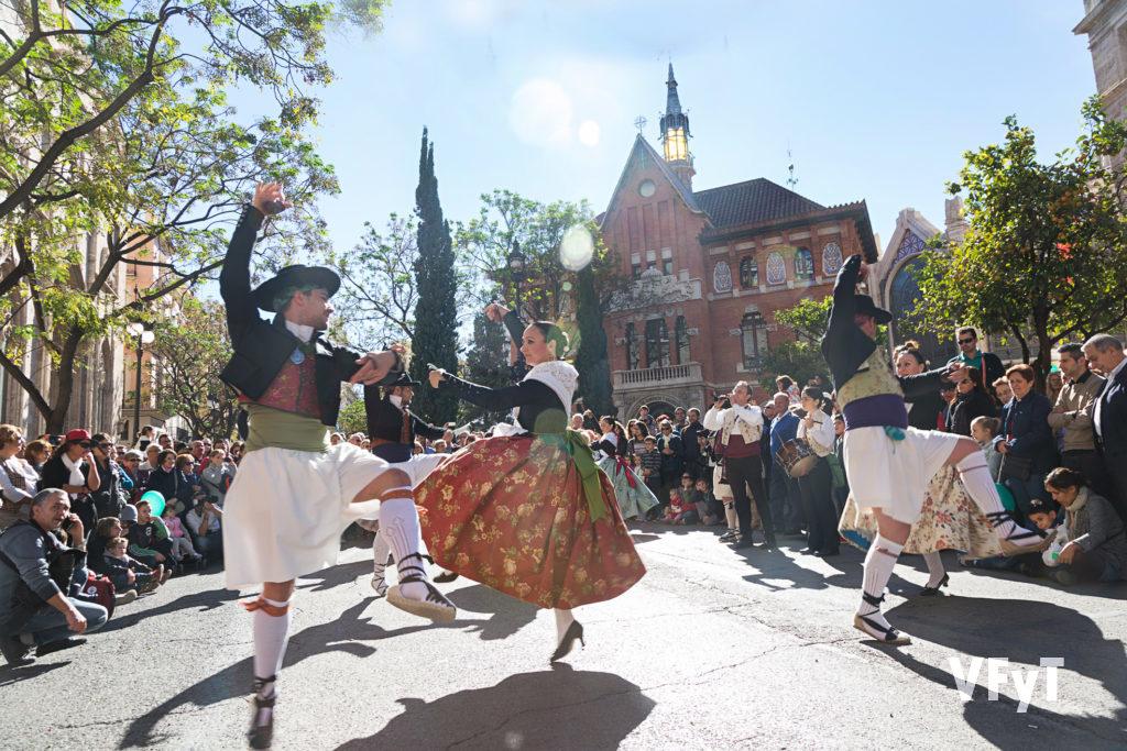 Danza tradicional en el centenario del Mercado Central. Foto de Manolo Guallart.