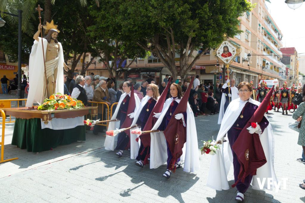 El Desfile de Resurrección de la Semana Santa Marinera a su paso por la parroquia de los Ángeles en el Cabanyal. Foto de Manolo Guallart.