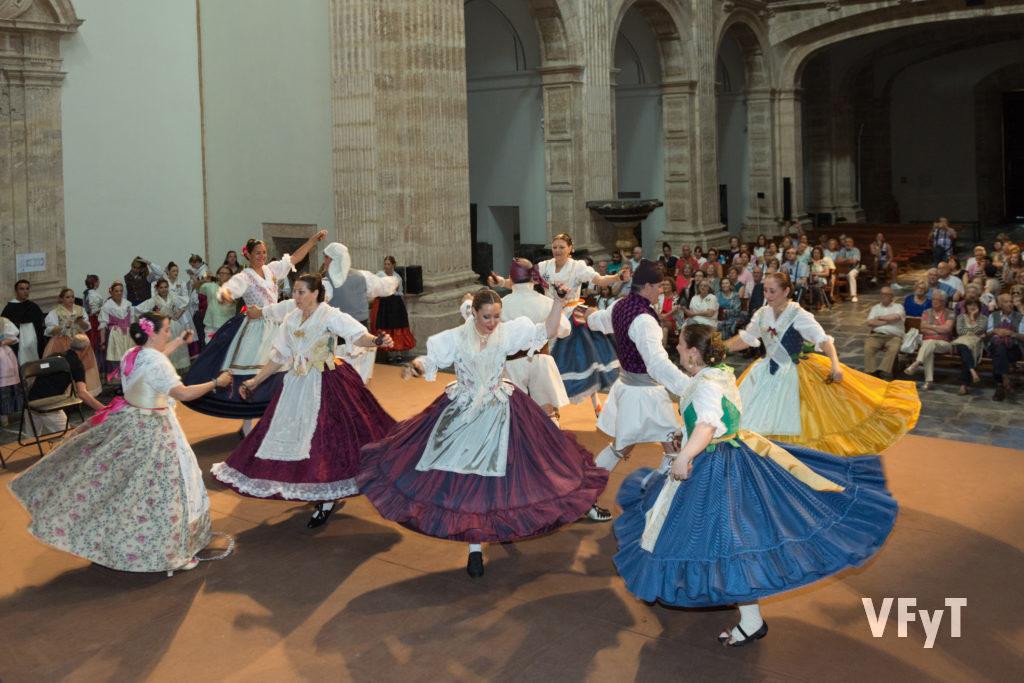 Celebrando 30 años desde la fundación del Grup de Danses del Altar de San Vicent Ferrer de Russafa en San Miguel de los Reyes. Foto de Manolo Guallart.