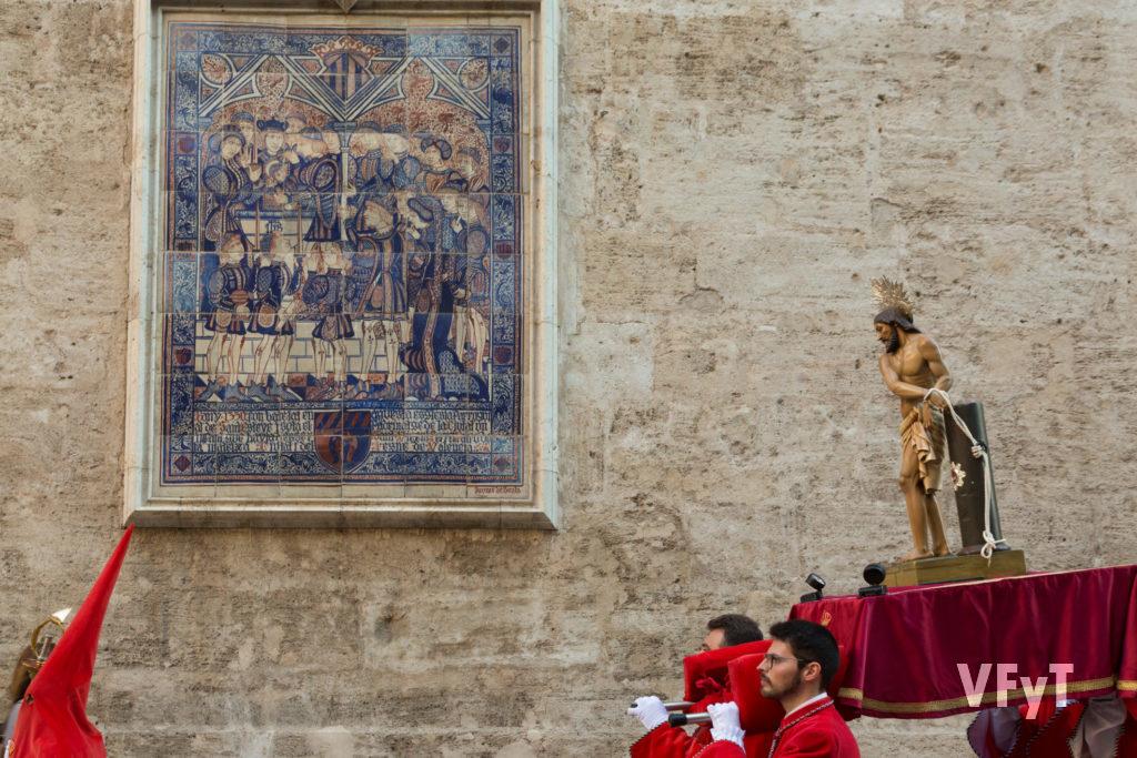 14.-La imagen de la Cofradía de Jesús en la Columna a su paso, el Miércoles Santo, por la iglesia de San Esteban. Foto de Manolo Guallart.