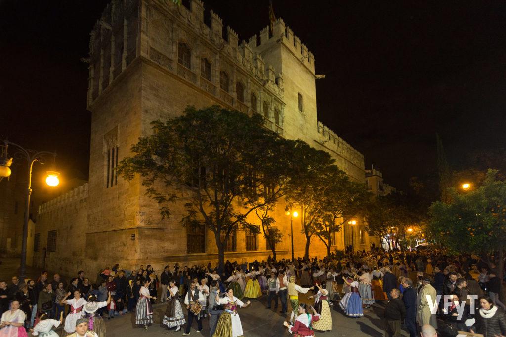 12.-La multitudianria Dansà del altar vicentino del Mocadoret ante la Lonja de la Seda. Foto de Manolo Guallart.