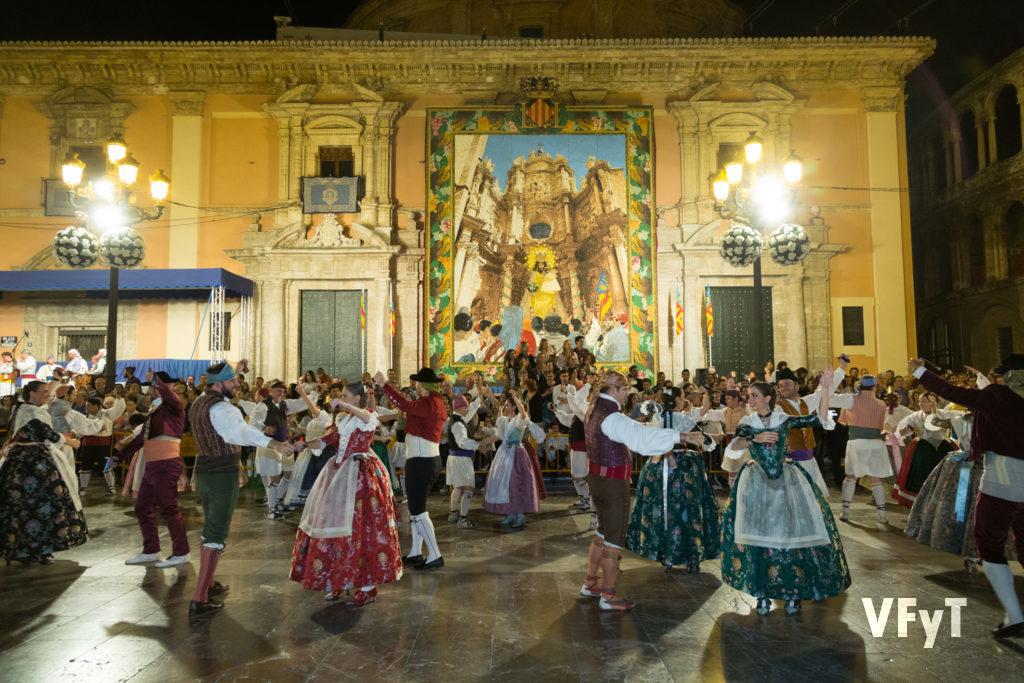 11.-La Dansà en la plaza de la Virgen la víspera de la fiesta en honor a la Virgen de los Desamparados. Foto de Manolo Guallart.