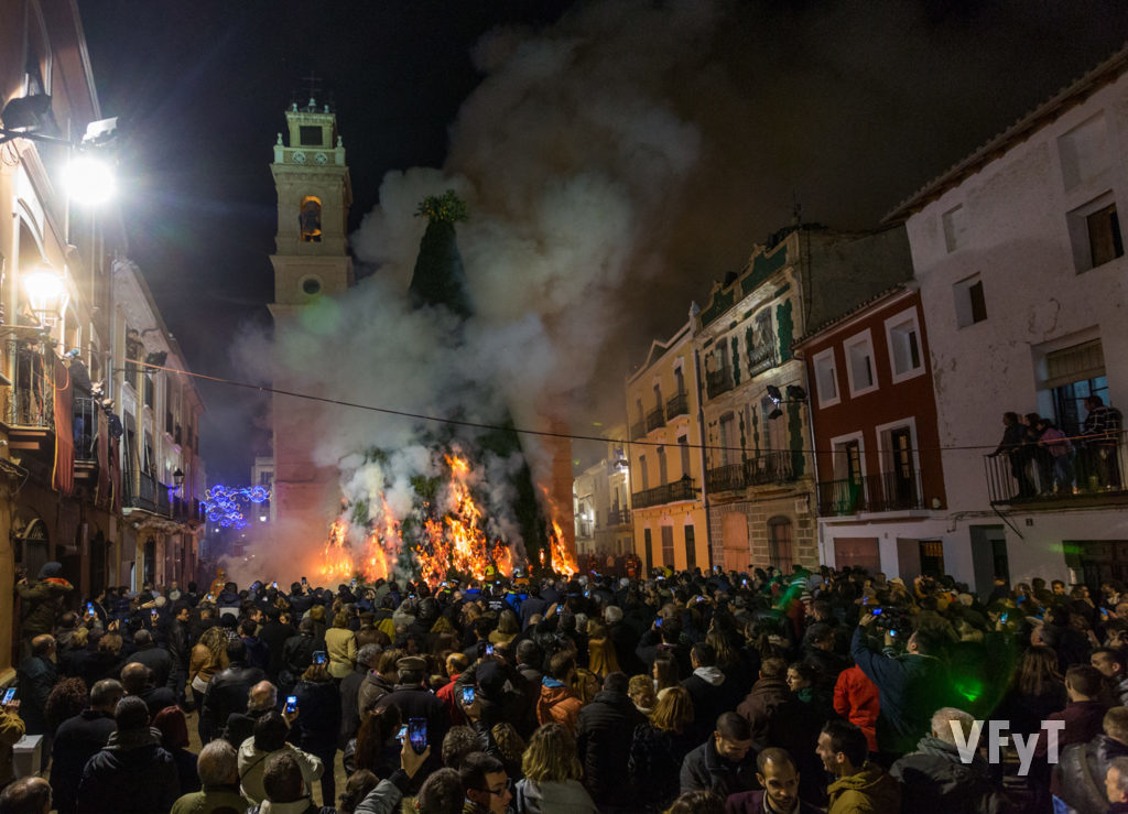 10.- La hoguera en honor a San Antonio Abad en Canals. Foto de Manolo Guallart.