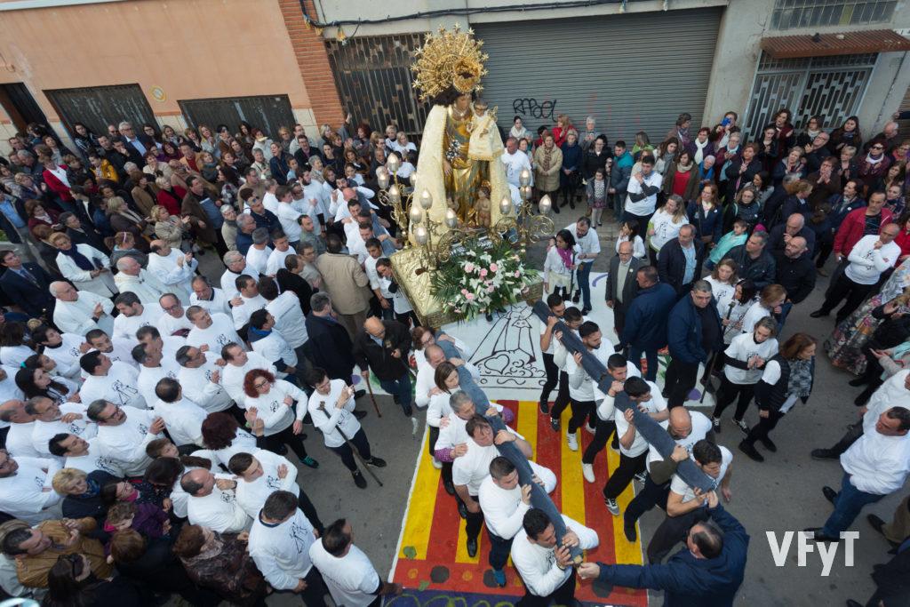 La imagen peregrina de la Virgen de los Desamparados en su visita a Burjassot. Foto de Manolo Guallart.