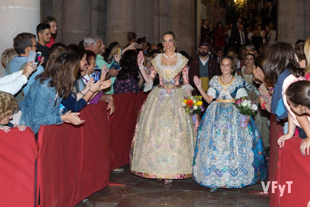 Raquel Alario y Clara Mª Parejo, a la salida del Ayuntamiento de Valencia tras su nombramiento como Falleras Mayores de Valencia. Foto de Manolo Guallart.