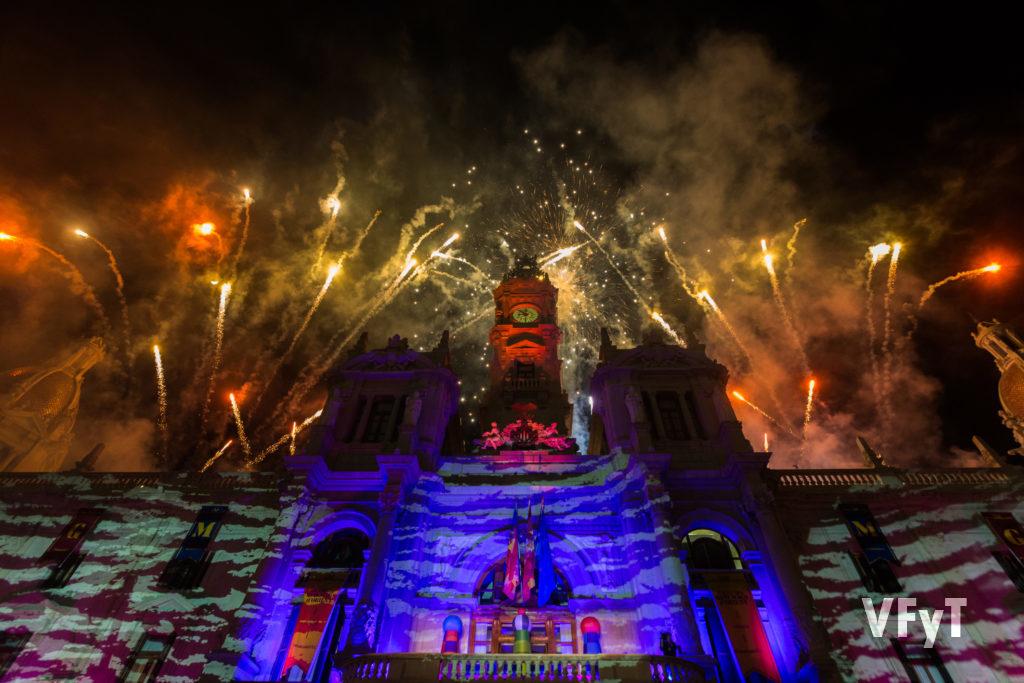 Piromusical festivo sobre el Ayuntamiento de Valencia al finalizar la cabalgata de los Reyes Magos. Foto de Manolo Guallart.