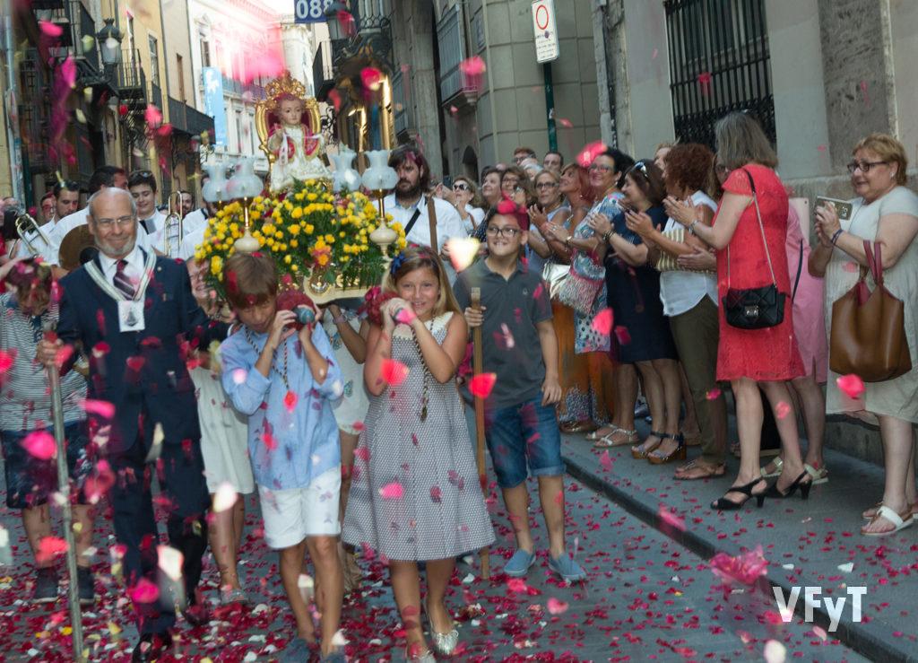 """5.-El """"Jesuset"""" de la parroquia de la Santa Cruz en la procesión de la Virgen del Carmen por la calle de Caballeros. Foto de Manolo Guallart."""