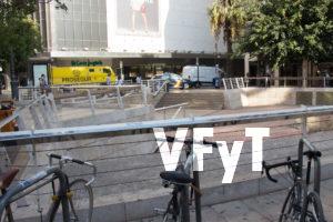 Bicicletas en la Plaza de Los Pinazo junto a la parada del bus.