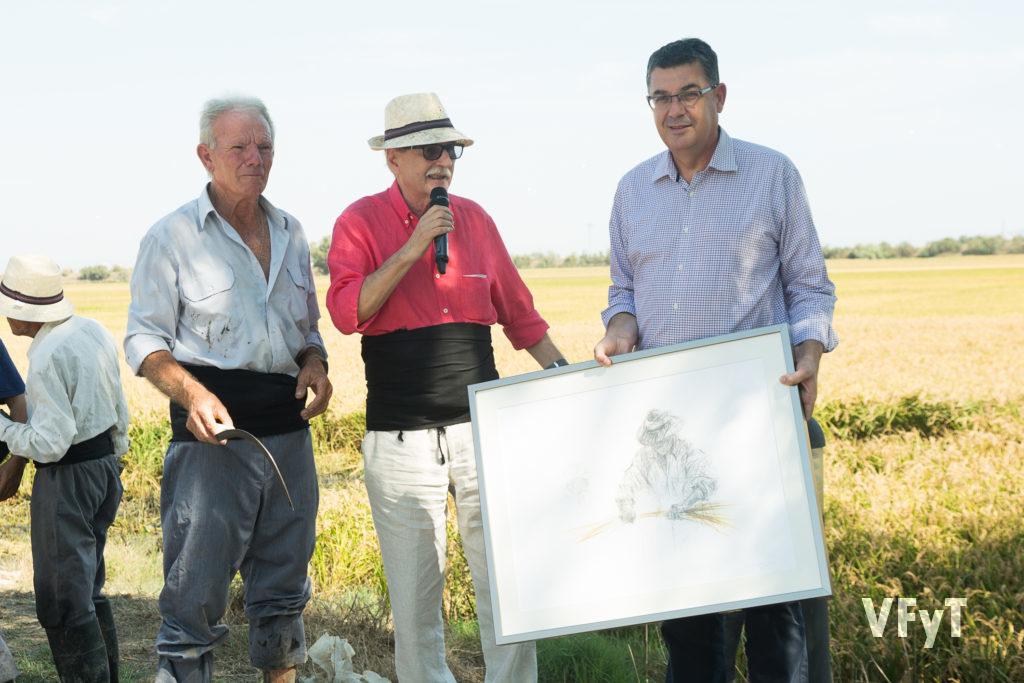 Vicent Torrent, Segador d'Honor, con la tradicional faja negra, acompañado por Enric Morera, que agradeció a Vicent Torrent su labor a favor de las tradiciones y la lengua valencianas.