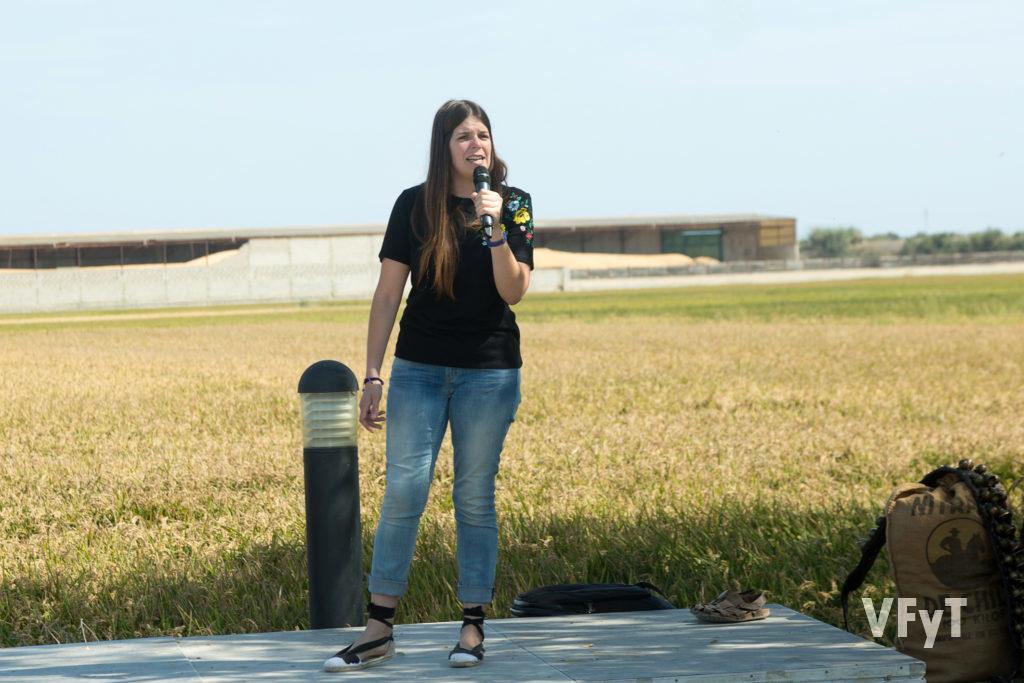 Noelia Llorens, ganadora del concurso 'Cants de Batre' en la Fiesta de la Siega del Arroz en el Port de Catarroja