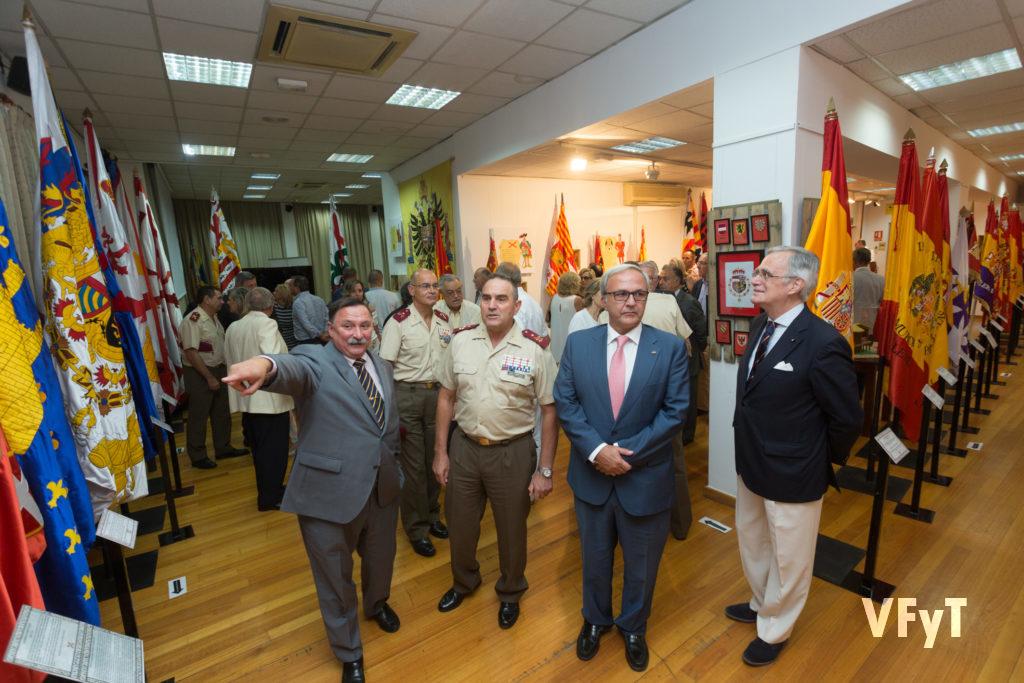 Momento de la inauguración. A la derecha de la imagen, José Fco. Ballester-Olmos, acompañando a las autoridades militares y al comisario de la muestra.