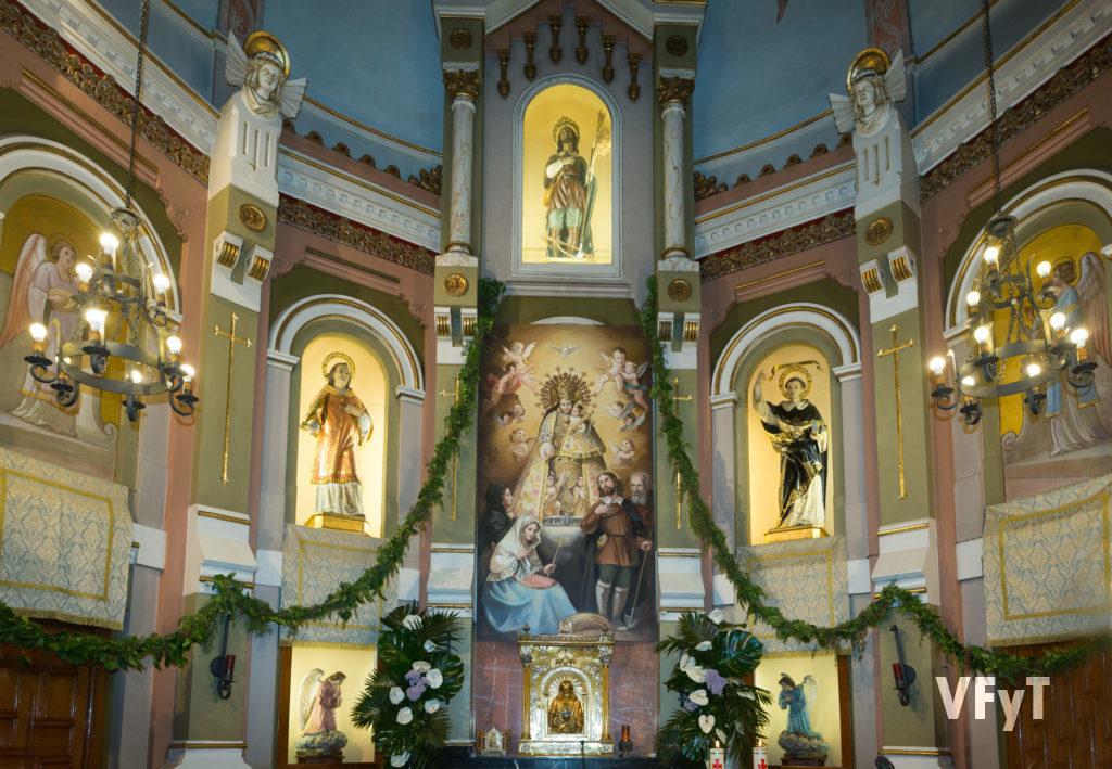 Altar mayor de la parroquia de San Isidro en fiesta