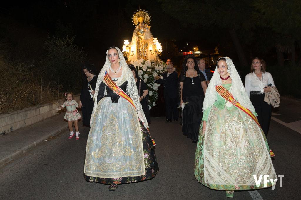 Raquel Alario y Clara Mª Parejo en la procesión de la Virgen de los Desamparados en el barrio de San Isidro