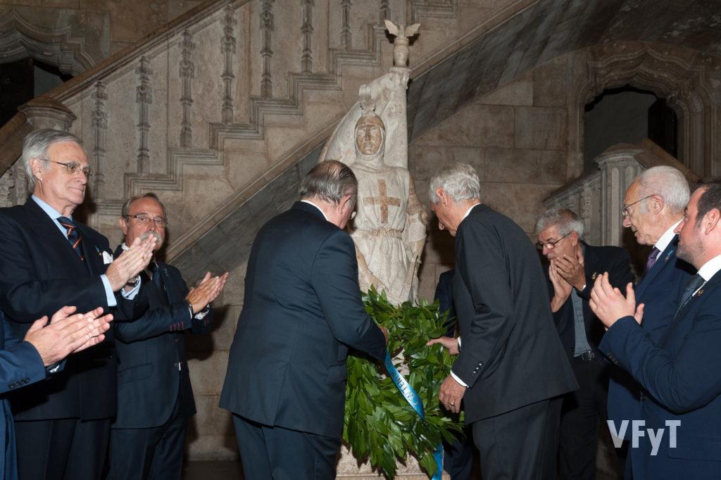 "Una corona de laurel ante la imagen del ""Ballester del Centenar de la Ploma"" en el Palau de la Generalitat."