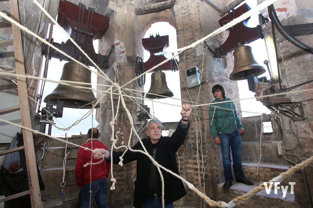 Mestres Campaners en acción en el campanario de la parroquia de San Valero. Foto de Manolo Guallart.
