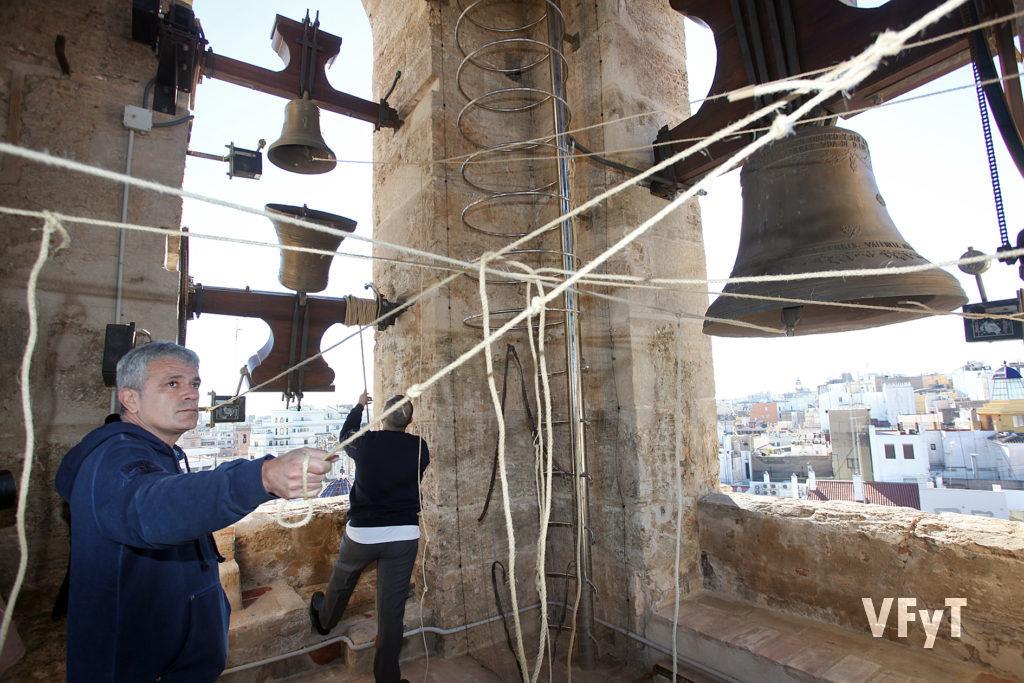 Mestres Campaners en acción, realizando toques manuales en el campanario de la parroquia de San Martín. Foto de Manolo Guallart.
