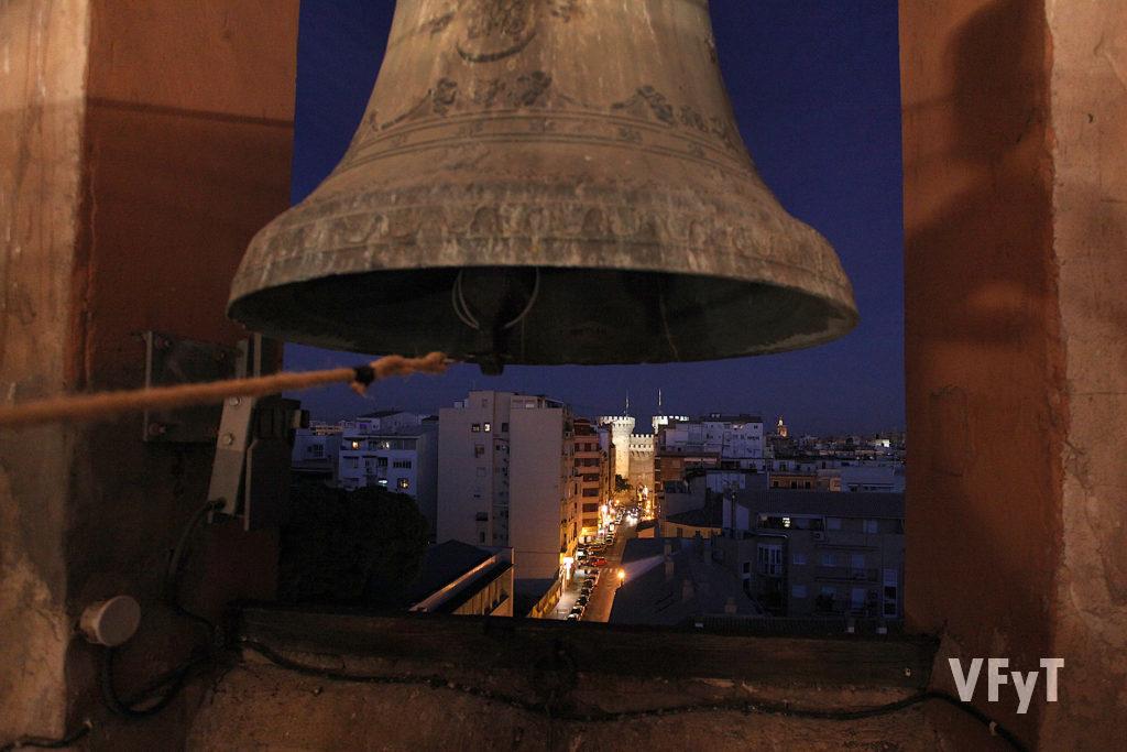 Vista nocturna desde el campanario de San Miguel y San Sebastián donde Mestres Campaners realizan toques manuales. Foto de Manolo Guallart.