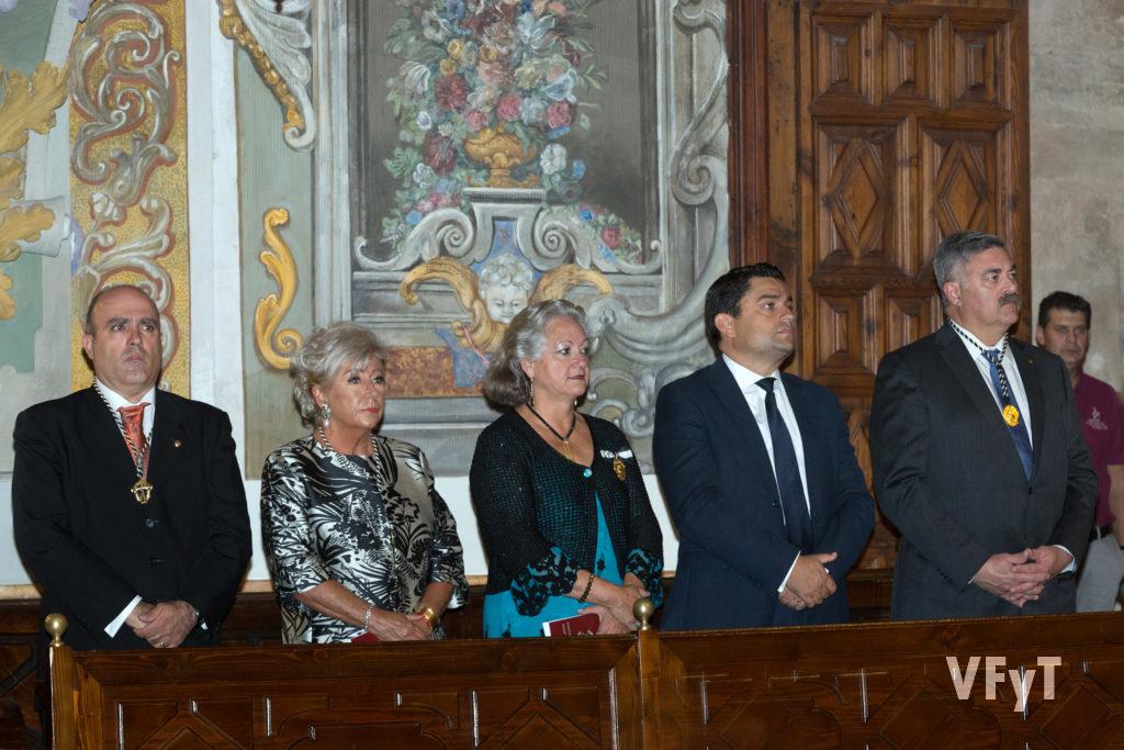 Javier Doménech (presidente del altar del Tossal, Mª José Garrido (Clavariesa Mayor), Carmela Morell (Honorable Clavariesa), José Manuel Pagán (orador) y Manuel Ferri (vicepresidente de JCV)