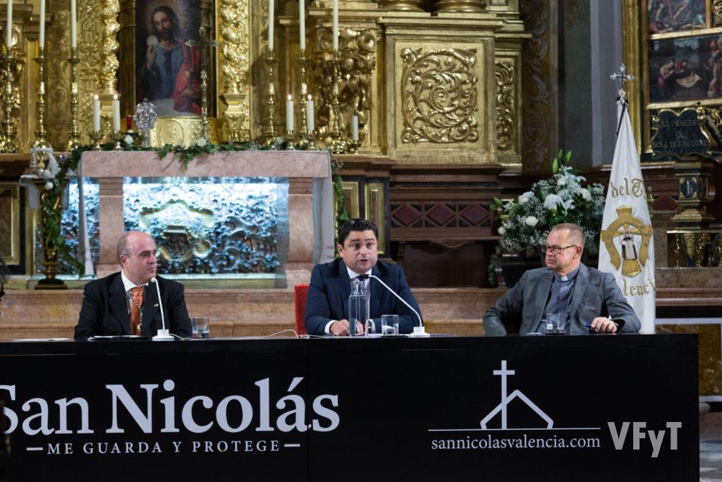 Javier Doménech (izda.) y Antonio Corbí escuchan el parlamento de José Manuel Pagán en la Apertura del Año Vicentino.