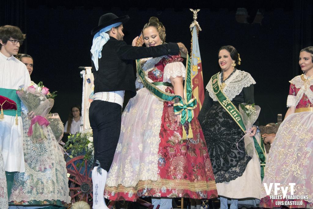 Manuel García Pardo impone la banda a Paula Patricio Lloria como Reina de L' Horta de Valencia 2018.