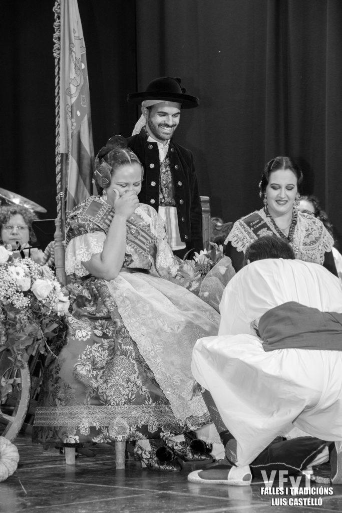 Emotivo momento de Paula Patrimonio, acomodada en el sillón como Reina de L' Horta.