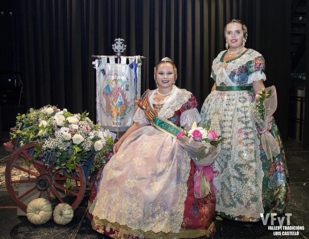 Paula Patricio (Reina de L' Horta de Valencia 2018), acompañada por su antecesora Ester Vicent.