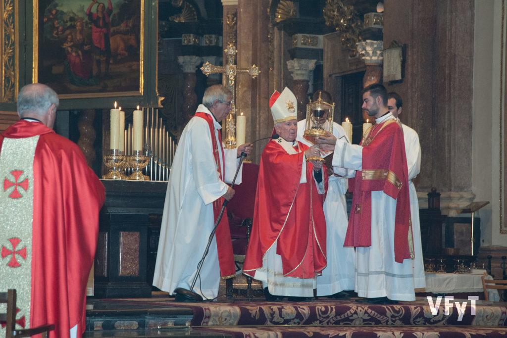 Bendición del arzobispo de Valencia, cardenal Antonio Cañizares, con el Santo Cáliz