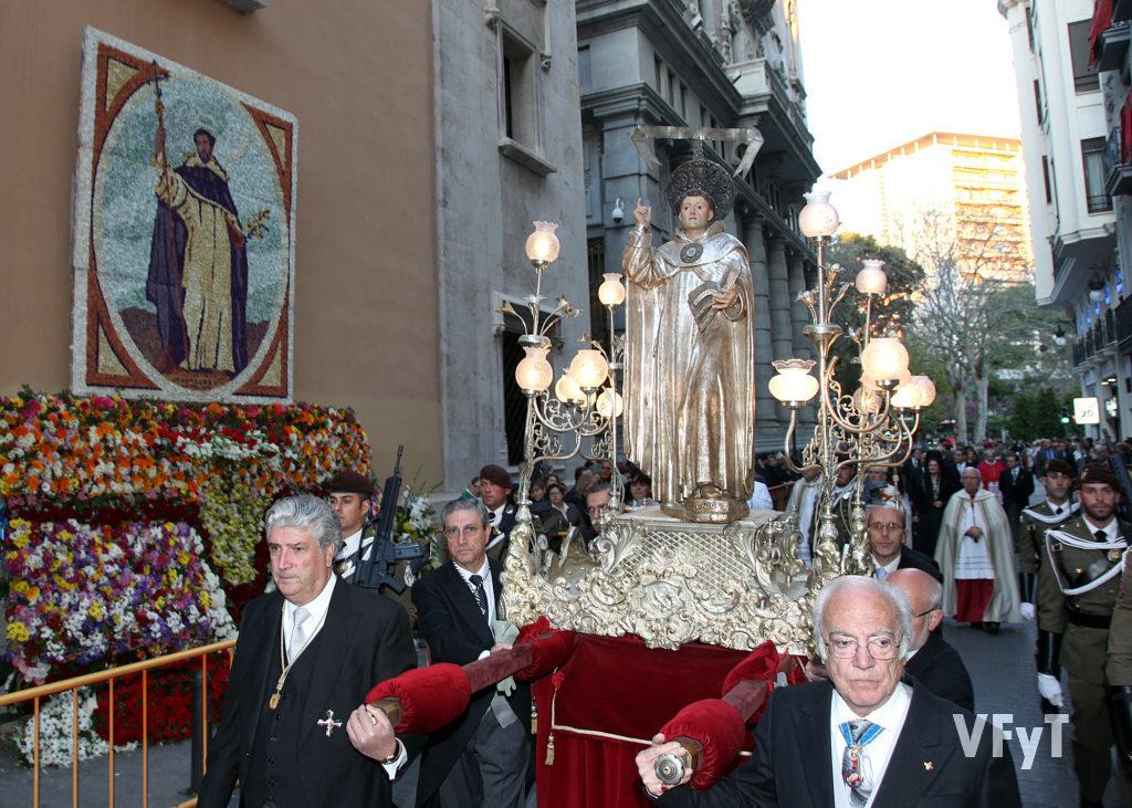 Los Caballeros Jurados de San Vicente Ferrer portan la imagen en la procesión. Paso ante la Casa Natalicia del santo.