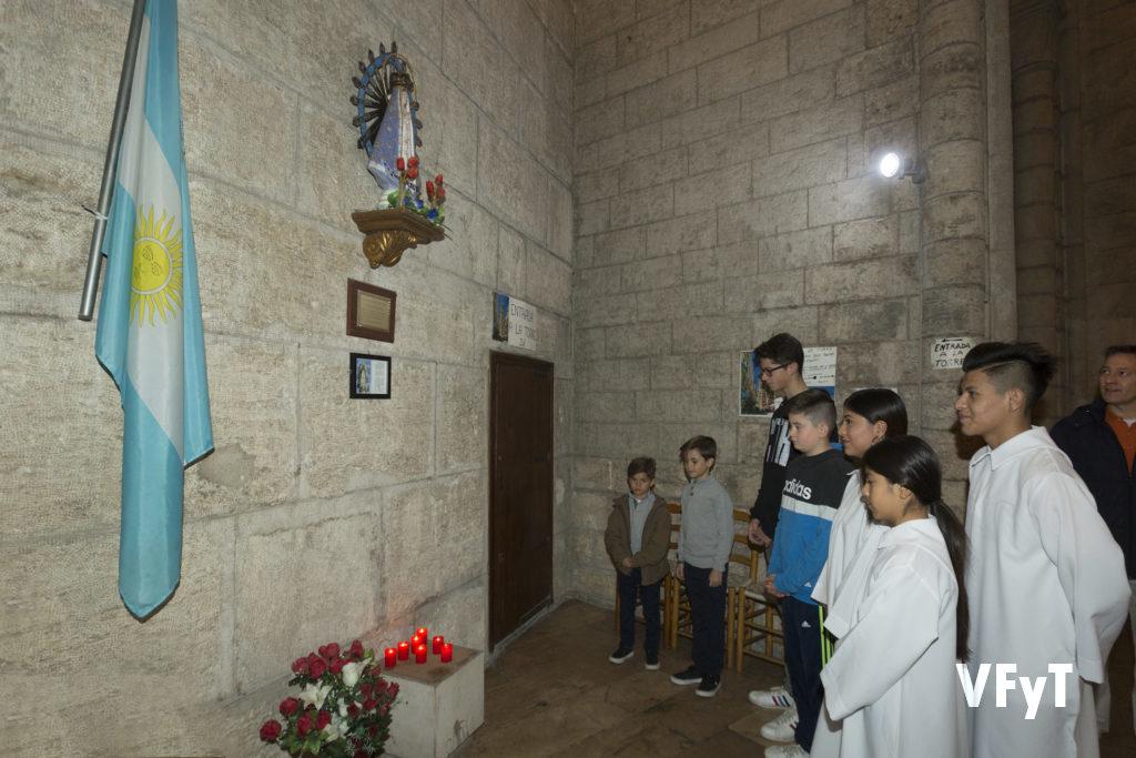 Rezo de jóvenes argentinos en la capilla de la Virgen de Luján.