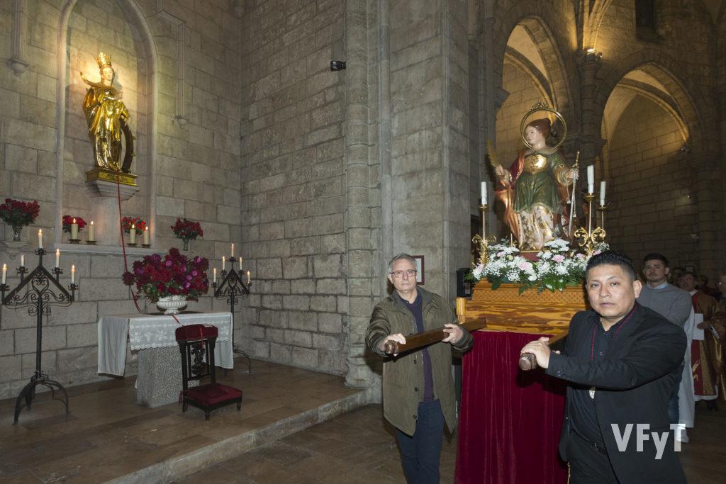 La imagen procesional de Santa Catalina a su paso por la capilla de la santa titular.