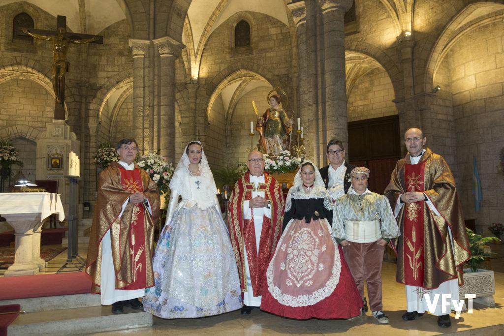 Los sacerdotes Operarios Diocesanos con los presidentes y falleras mayores de la comisión Falla Plaza Lope de Vega.