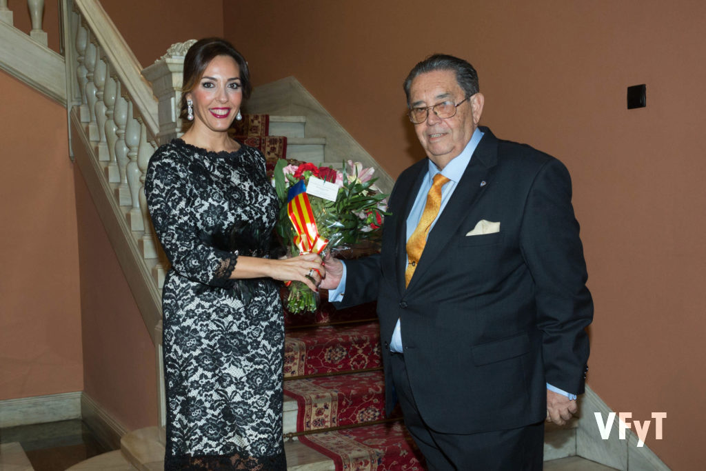 El presidente de la Real Sociedad de Agricultura y Deportes, Manuel Sánchez Luego, recibe a Mónica Duart.