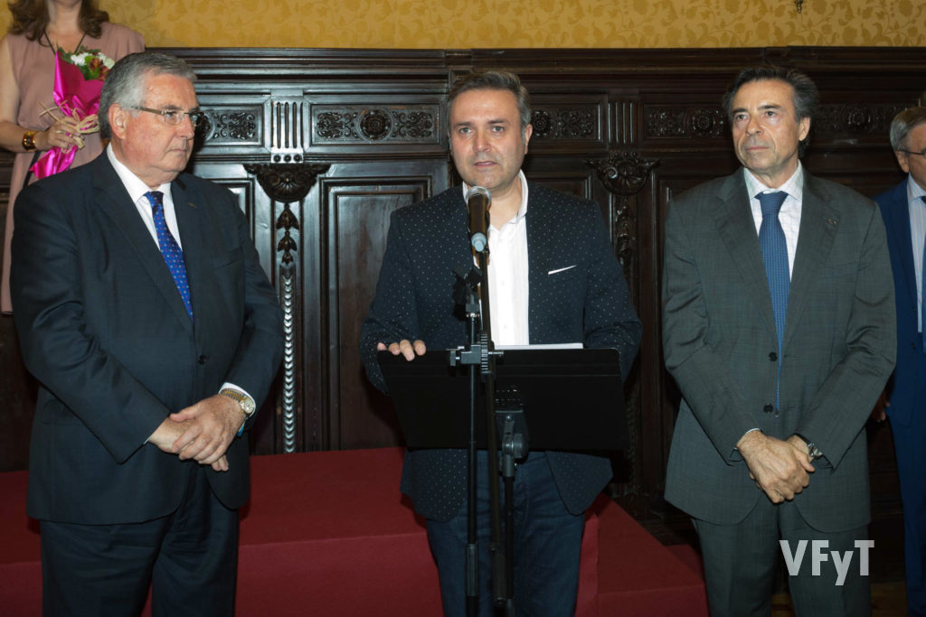 Ramón Martínez (centro) intervino como secretario de Lo Rat Penat.