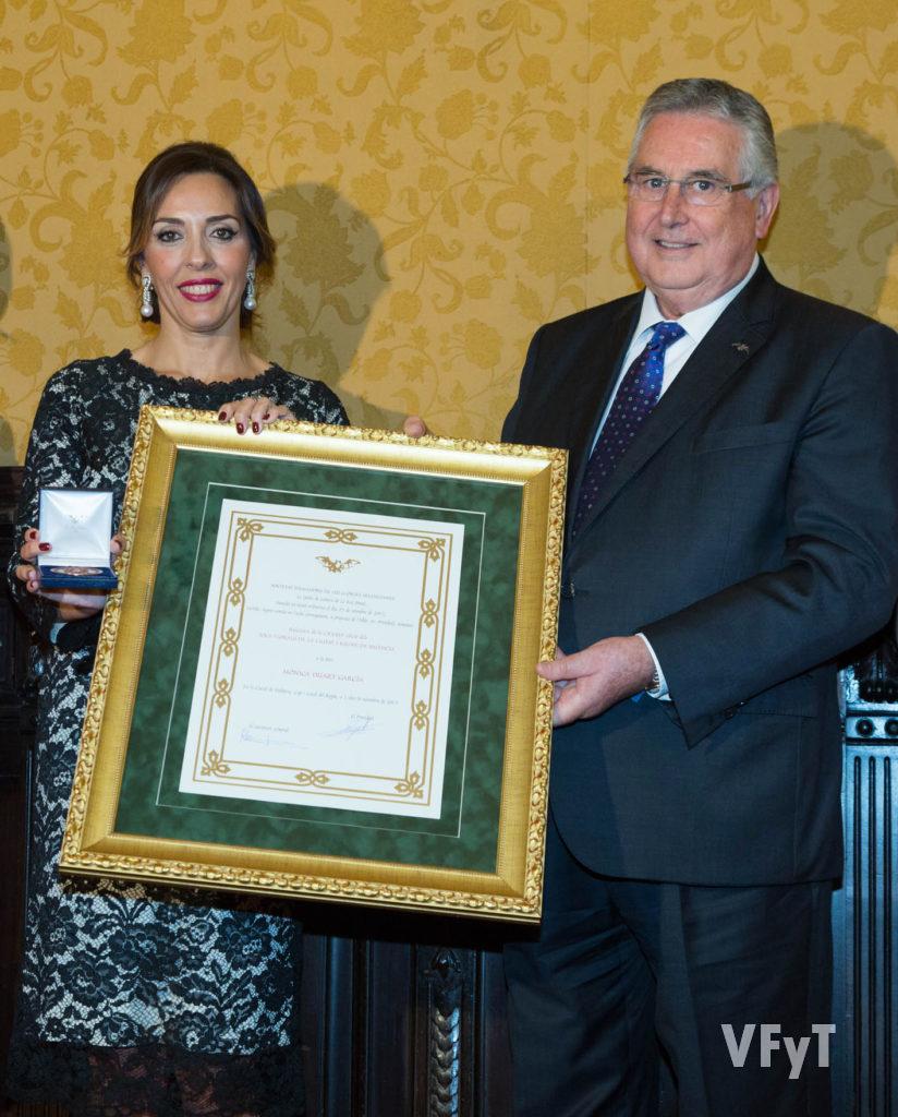 Enric Esteve, presidente de lo Rat Penat, entrega a Mónica Duart su nombramiento como Regina dels Jocs Florals.