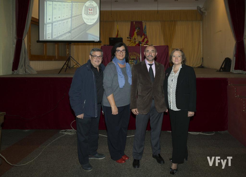 Pascual Sánchez con varios miembros de 'Amics del Corpus de Valencia'