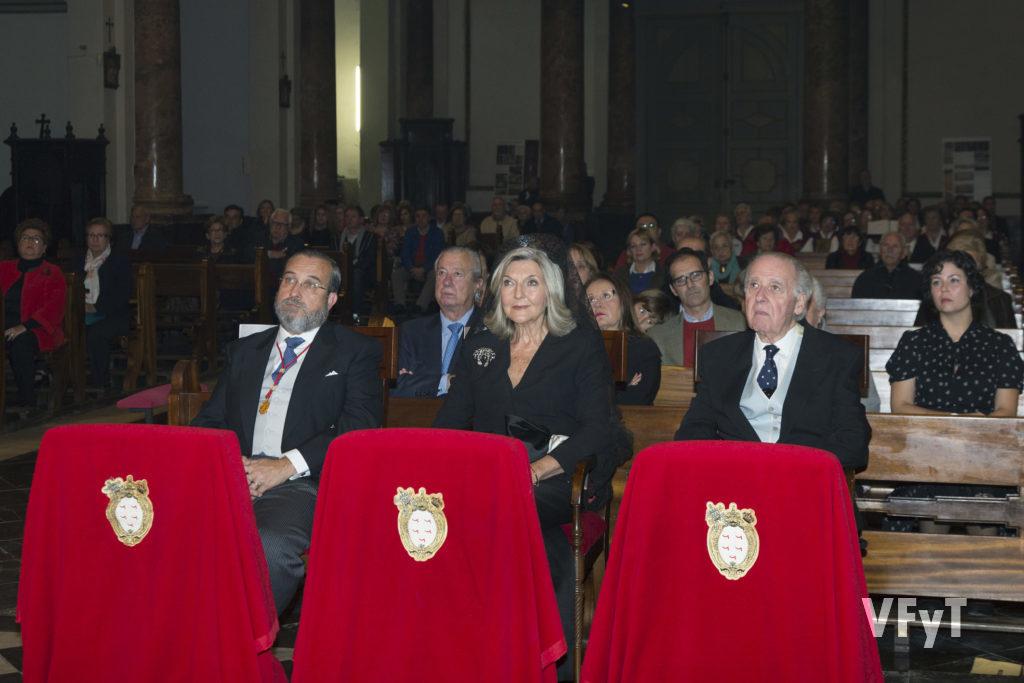 Iván Alvárez de Toledo y Gómez-Trenor, Hermano Mayor (dcha.), con los clavarios Salvador Zaragozá Adriaensens y María Teresa Monzonís Muedra