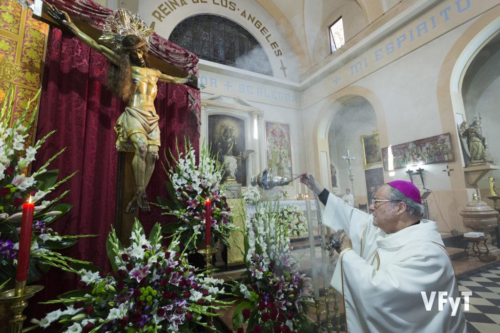 El obispo auxiliar Esteban Escudero inciensa la imagen del Cristo del Salvador.