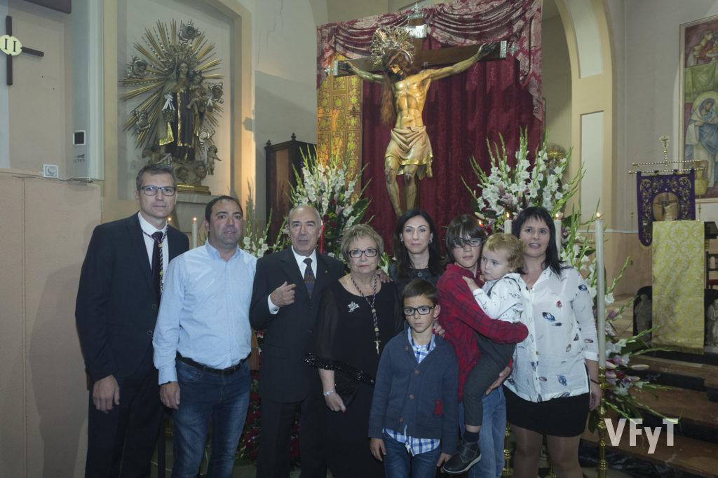 La clavariesa Amparo Ruiz-agraciada con acoger al Cristo del Salvador en su casa durante la Semana Santa- acompañada de su familia.