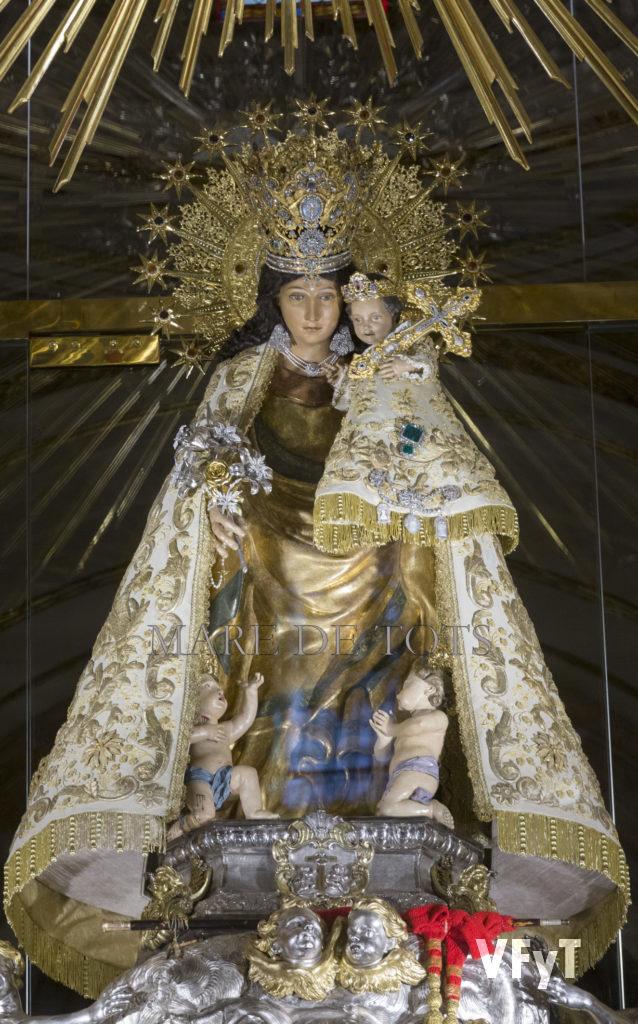 La Virgen de los Desamparados en la Basílica con la nueva iluminación directa. Foto de Manolo Guallart.