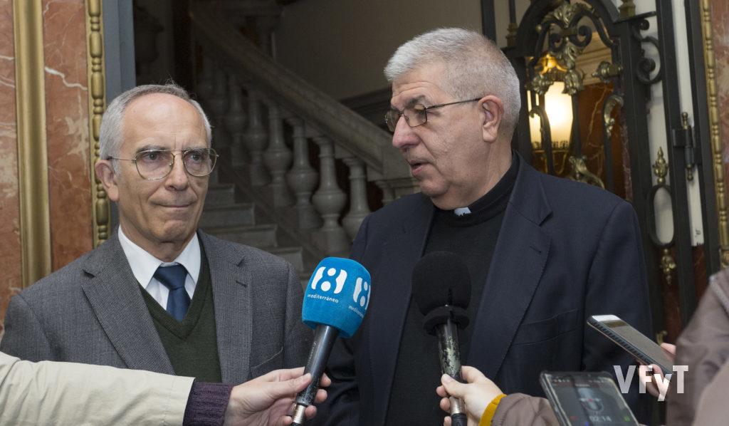 Jaime Sancho acompañado por el Clavario de la Archicofradía de la Virgen, Manuel López Pellicer durante la rueda de prensa. Foto de Manolo Guallart.