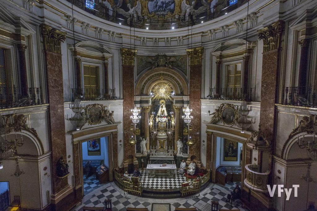 Panorámica desde el órgano de la Basílica durante la primera misa posterior a la nueva iluminación. Foto de Manolo Guallart.