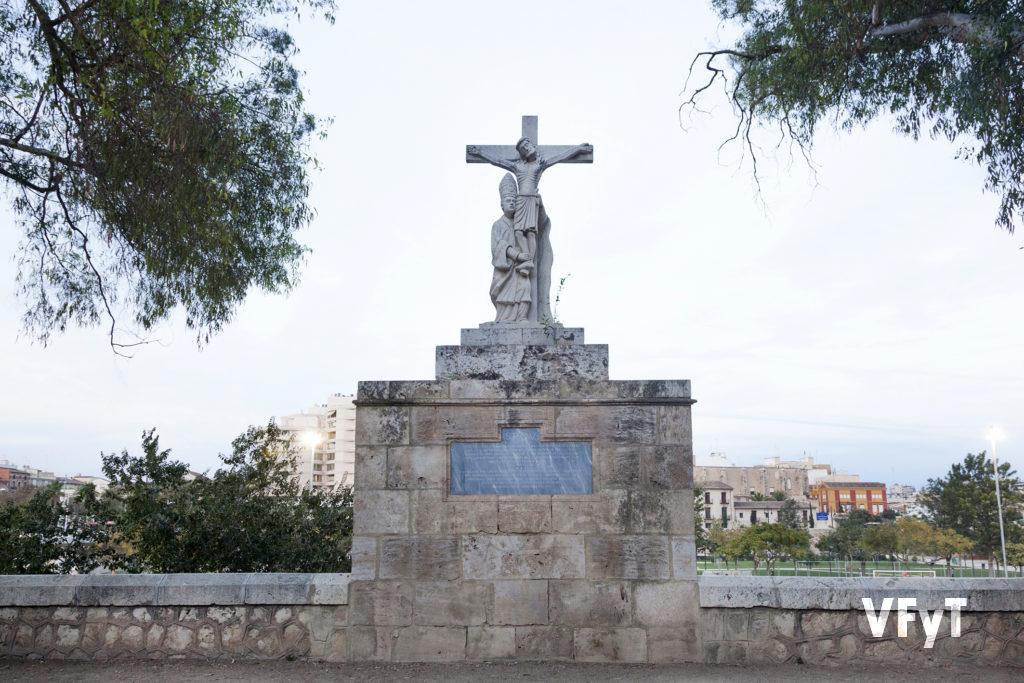 Escultura junto al antiguo cauce del río Turia, a escasa distancia del templo del Salvador.