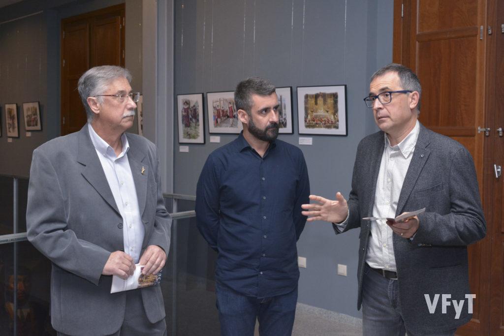 El artista Pedro Molero (dcha.) con Pere Fuset (concejal de cultura Festiva) y Gil Manuel Hernández (director de Museo del Corpus - Casa de las Rocas)