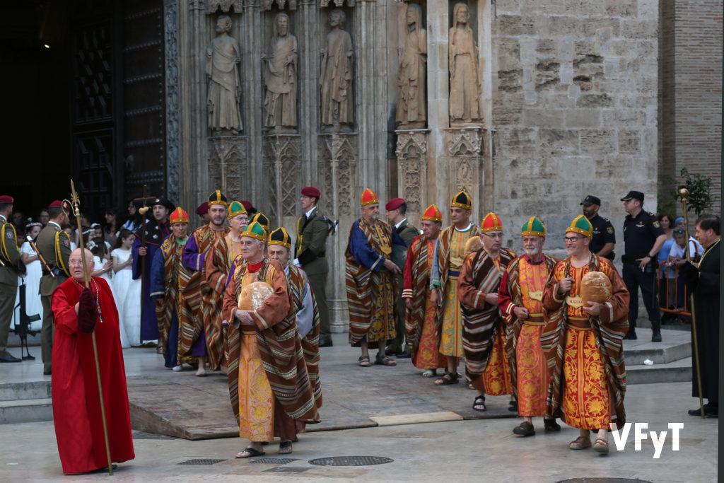 En la procesión del Corpus Christi de 2016 (a la derecha), representando el papel del profeta Miqueas. Foto de Manolo Guallart.