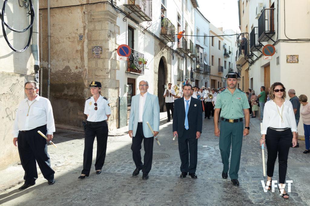 José Luis Albiach (centro) con las autoridades en la procesión de la Virgen en su visita a Sagunto. Foto de Manolo Guallart.