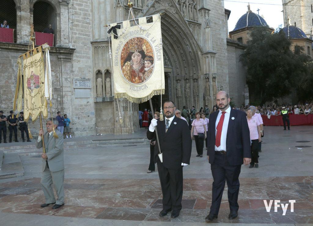 Acompañando el estandarte de la Hermandad de Seguidores de la Virgen en la solemne procesión.