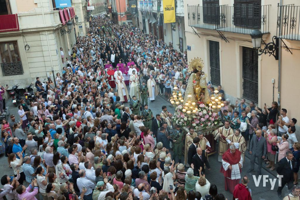 La solemne procesión de la Virgen de los Desamparados por la calle de Caballeros. Foto de Manolo Guallart.