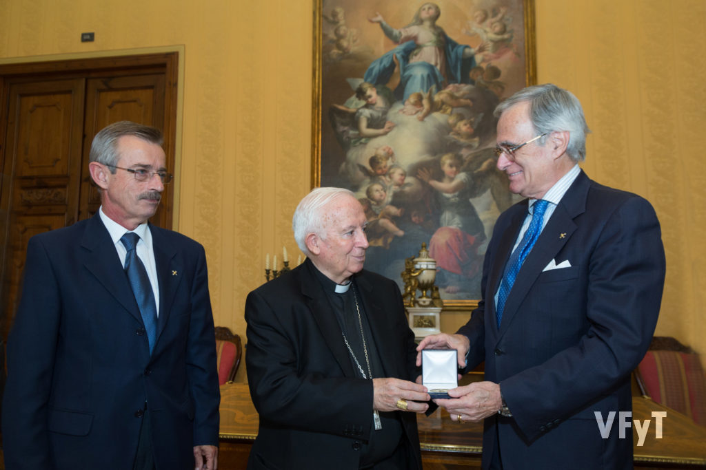 En octubre, el cardenal Cañizares recibió la primera medalla de la edición especial realizada por el Capítulo de Caballeros Jurados de San Vicente Ferrer con motivo del aniversario. Fotografía de Manolo Guallart.